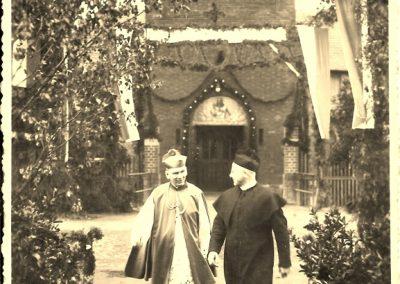 1.Kościół NSPJ w Bieruniu N. Biskup Juliusz Bieniek i Proboszcz Augustyn Zając – Bierzmowanie czerwiec 1939 rok