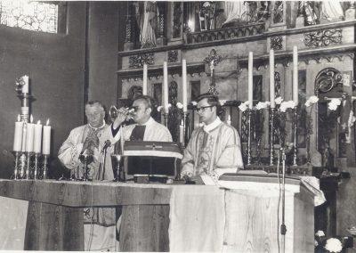 1.Przy nowobieruńskim barokowym ołtarzu (od lewej księża Jan Adamus, Bronisław Kuczera i Leon Loska) – 1973 r