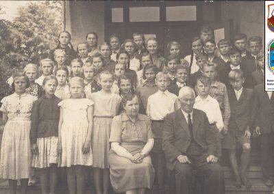 10.Zdjęcie klasowe. Nauczyciele; Pani Kozłowska oraz Pan Gąsiorowski