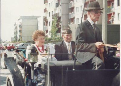 11. Starostowie Dożynek -1993 r. Bryczką powozi Pan Berger z Jajost