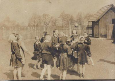 12.Na boisku szkolnym w Czarnuchowicach 1962 rok