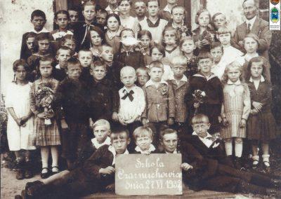 13.Szkoła w Czarnuchowicach, 1932 r. z kier. Stanisławem Gąsiorowskim