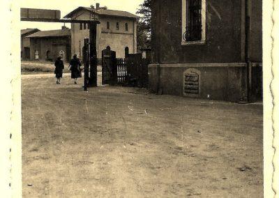 14.Brama tartaku (Piła), w tle ze starą nastawnią kolejową. Fotografia ze zbiorów p. Tubackiej