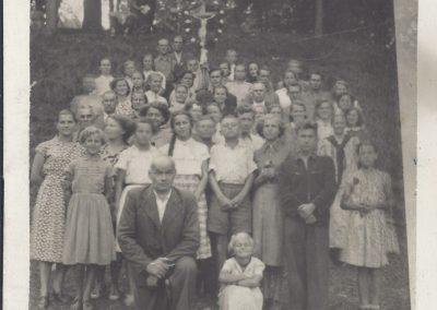 14.Pielgrzymka do Kalwarii – prowadzona przez Pana Józefa Marka (1895-1976) – klęczy z przodu