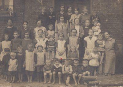 16.Dzieci przed budynkiem szkolnym przy ul. Warszawskiej, wybudowanej w 1898 r. – Ze zbiorów p. Romana Mondrego