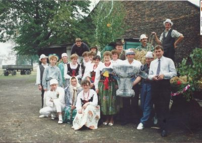 17.Uczestnicy korowodu w 1992 r. Zdj. wykonanew gospodarstwie Państwa Podbioł