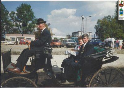 19.Dożynki 1993 r. przejazd starostów Bryczką na ceremonię wręczenia chleba
