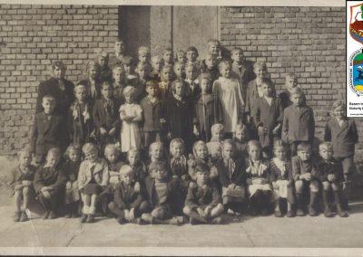 2.Fotografia wykonana w 1951 r. Na zdj. m. in. księża Henryk Lempa i Jerzy Klima (rocznik 1940)