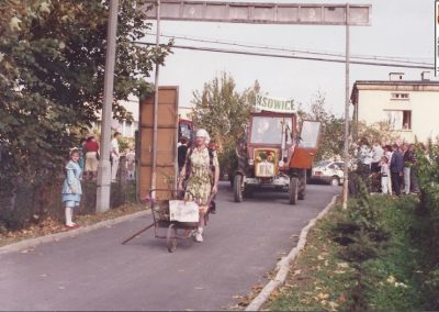 20. Dożynki 1993 r. przejazd starostów Bryczką na ceremonię wręczenia chleba
