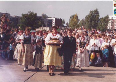 26.Pierwsze gminne dożynki współorganizowane przez Stow. Porąbek-1991 r. Od lewej Genowefa Budny i Paweł Noras