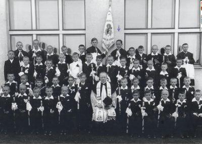 3.Rocznik 1929. Pierwsza komunia św. Ks. proboszcz Augustyn Zając