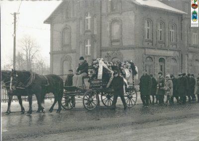 38.Orszak pogrzebowy. W tle dom Graupego