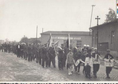 44.Orszak pogrzebowy w centrum Nowego Bierunia