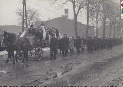 46.Orszak pogrzebowy przy starej piekarni w Bieruniu Nowym