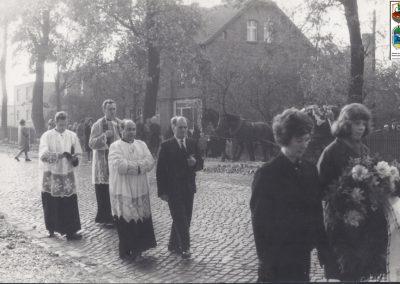 47.Orszak pogrzebowy na Zabrzegu (prob. Bronisław Kuczera, ks. Edward Janota, ks. Józef Kupka i organistą Mikołajem Siupką) – 1966 r