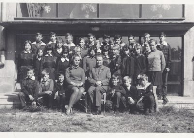 58.Rocznik 1955 w szkole podstawowej. Karol Wierzgoń i nauczycielka Krystyna Stencel – Sterka