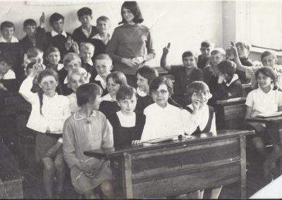 59.Rok 1969. Uczniowie szkoły podstawowej rocznika 1957 w Bieruniu Nowym. Nauczycielka Tatiana Rychter – Malicka