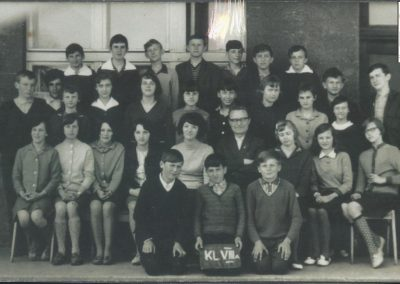 62.Klasa VIIIA z kier. Karolem Wierzgoniem i nauczycielką Marią Czarnik