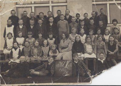 64.1935 1936 KLASA VA szkoły powszechnej z Janiną Kajtoch (Zdjęcie ze zbiorów Urszuli i Doroty Krzakowskich)