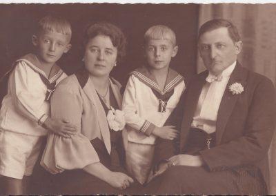 71.Kupiec nowobieruński Józef Kohlsdorf (1893-1943) z żoną Małgorzatą i synami Waltrem i Pawłem (z lewej)