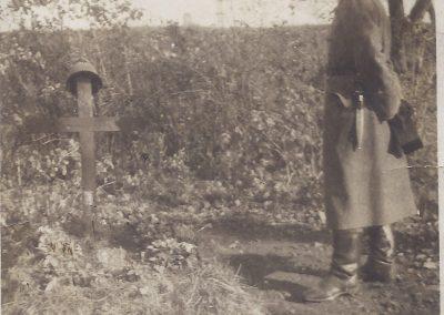 77.Alojzy Jaromin (1919-1942) nad grobem porucznika Jana Dyrdy w Zabrzegu – 1941r