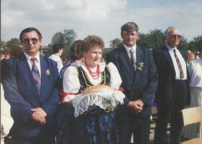 8. Dożynki-1993 r. Od lewej- Alojzy Palowski, Starostowie dożynek. Urszula Podbioł z Bijasowic i Bernard Mateja z Jajost, przewodniczący Komisji Rolnictwa Franciszek Radola
