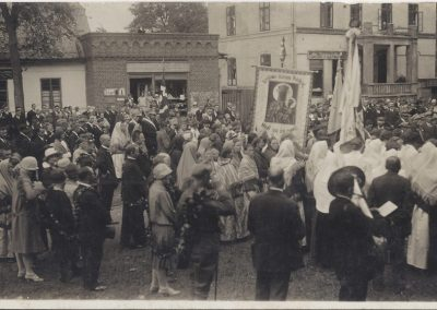 8. Pod pomnikiem w dniu poświęcenia sztandaru-5 sierpnia 1928 r