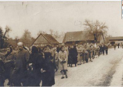 80.Orszak pogrzebowy w centrum Ścierni