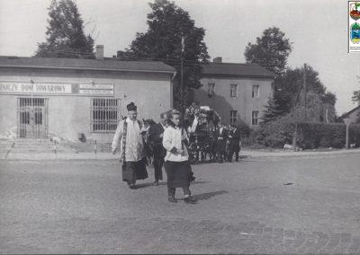 81.Orszak pogrzebowy w centrum Bierunia Nowego, ks. prob. Szczepan Muras -1962 r