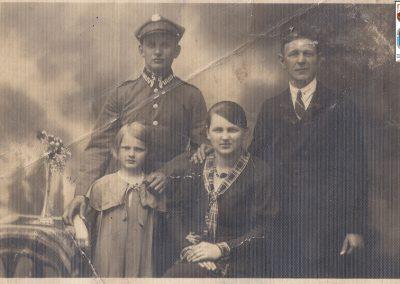 83.Piekarz z Zabrzega Oskar Stareczek (1911-1977) w wojsku polskim w Brodach (Kresy) z rodziną – 1935 r