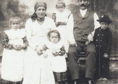 84.Karczmarz na Kopani Jan Gonsiorczyk z żoną Marią i dziećmi – 1905 r. (zdjęcie ze zbiorów Łucji Czepczor)