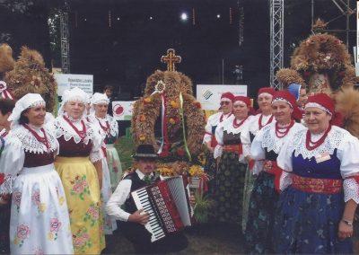 9.Korona Bijasowicka zajęła 2. miejsce w Polsce na Prezydenckich dożynkach w Spale. Wykonawczynie korony wraz z zespołem Ściernianeczki -2013 r