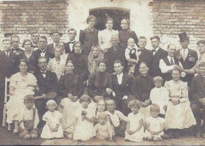95.Ściernie 1925 r. Ślub Marty Nagi z Franciszkiem Chrobokiem. Siedzi pierwszy z prawej Mateusz Mondry (1861-1941) – Naczelnik gminy z Ścierń