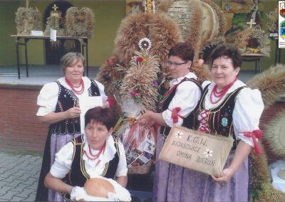 Członkinie KGW Bijasowice w Pilchowicach na dożynkach wojewódzkich prezentują swoja koronę-2014 r