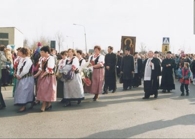 Członkinie KGW w Bijasowicach w strojach ludowych podczas peregrynacji obrazu matki Boskiej Częstochowskiej
