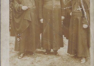 104.Pamiątka Misji Św. w kościele NSPJ w Bieruniu. Od lewej O. Oblat Superior Kolwaski, ks. dziekan Franciszek Linek, O. Paweł Koppe