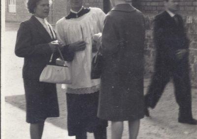 105.1963 r. kościelny Henryk Miś w towarzystwie Anny Nagi