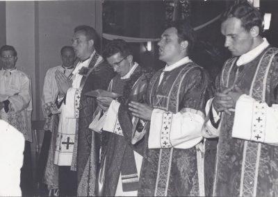 106.W kościele NSPJ. Od prawej Księża E. Janota, H. Henslok, J. Klima, B. Kuczera