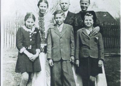 109.Organista w parafii NSPJ Wilhelm Wesołek(u góry w środku) z żoną Elżbietą