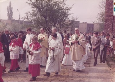 111.Wczesna komunia Św. 15.V.1983 r. Ks. Adamus, ks. B. Kuczera, ks. wikary Ginter Lenert