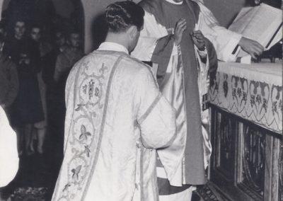 112.1968 r. Przy starym ołtarzu w kościele NSPJ. Ks. Józef Kupka (w środku), późniejszy prob. bojszowski