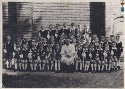 113.I Komunia Św. w roku 1960 (rocznik 1951) ks. wikary Teofil Lenartowicz. Zdjęcie ze zbiorów Zofii i Benedykta Gajda