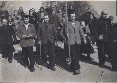 114.Na dróżkach w Kalwarii Zebrzydowskiej. Z prawej przewodnik Józef Marek