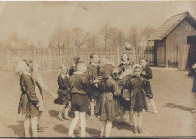117.Na boisku szkolnym w Czarnuchowicach – 1962 r. (oryginał)