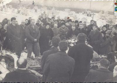 118.Pogrzeb na cmentarzu przy ul. Soleckiej w 1967 r. Stoi z drugiej z lewej ówczesny grabarz Władysław Jaromin