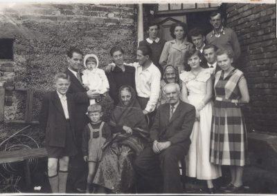 119.Rok 1958. Powstaniec śląski z Zabrzega Ignacy Drozd (1897-1978) z żoną Pauliną (siedzą) i rodziną
