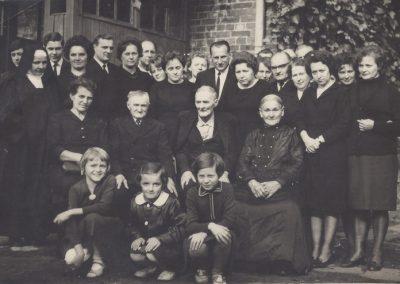120.Ród Jarominów z Zabrzega z siostrą zakonną Matyldą (1908-1975) (stoi pierwsza z lewej) – 1966 r