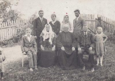 122.Rodzina ks. Jana Adamusa z Bijasowic z ks. Salezianinem Piotrem Sikorą – 1932 r