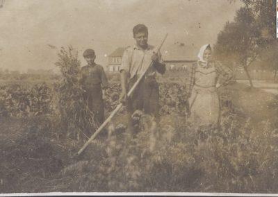 131.Żniwa w Czarnuchowicach w 1938 r. W tle domy Kędzorczyka i Blachy