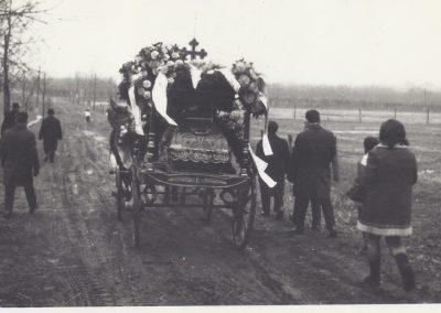 142.Karawan pogrzebowy ul. Solecką na nowy cmentarz w 1971 r. Zdjęcia pochodzą ze zbiorów p. Cecylii Ziebura